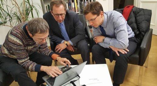 VDU profesorius Liudas Mažylis šiandien Ambasadoje Berlyne pirmą kartą rodo Vokietijos URM diplomatiniame archyve aptikto Vasario 16 akto nuotraukas