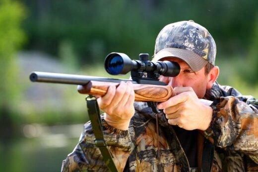 Medžiotojai prašo leisti ant šautuvų montuoti naktinio matymo prietaisus