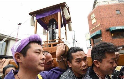 Japonai kasmet švenčia penio festivalį: tokių didelių falų žygiuojančių gatvėse nesate matę