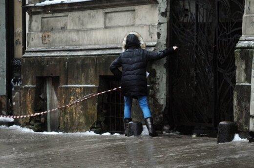 Latvio užfiksuotos nuostabios ant ledo slystančių žmonių fotografijos, iš kurių net negražu juoktis