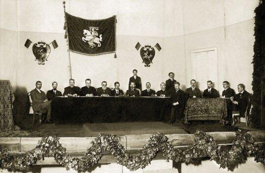 Vilniuje 1917 m. rugsėjo 18–22 d. vykusios Lietuvių konferencijos prezidiumas. Iš kairės sėdi: P. Bugailiškis, K. Bizauskas, K. Šaulys, J. Staugaitis, J. Basanavičius, S. Kairys, A. Smetona, J. Vileišis, P. Dogelis, J. Paknys, J. Šaulys, M. Biržiška, J. S