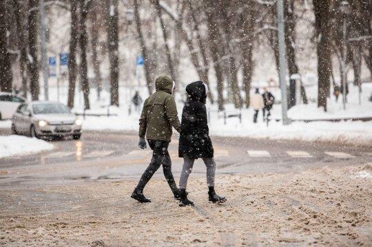 Į šviesą pradeda lįsti skaudūs pandemijos padariniai: net jokių problemų su alkoholiu neturėję lietuviai negali nustoti gerti