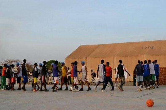 Indijos taikdarių pajėgos žaidžia krepšinį su vietiniais jaunuoliais Malakalo mieste, Pietų Sudano šiaurinėje dalyje. Nuotrauka daryta 2013 m. kovo mėn. Dabar Malakal - visiškai sunaikintas karo