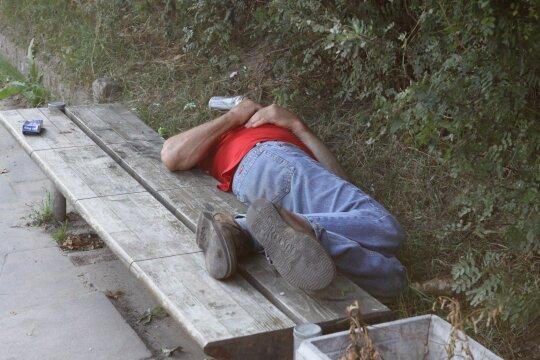 Įvardijo amžiaus ribą, kada dažniausiai išryškėja priklausomybė alkoholiui