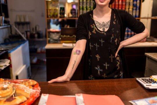 """<span style=""""color: #ff0000;"""">Gilyn į Rusiją.</span> Mergina su tatuiruotėmis: visi svajoja iš čia išvažiuoti"""