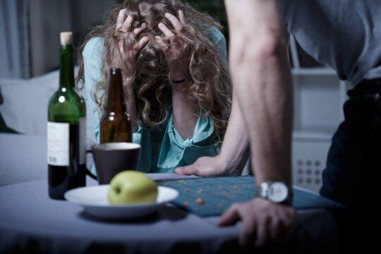 Pavartoję alkoholio tampate labai emocionalūs? Medikai jums turi prastų žinių