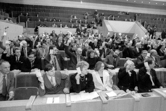 1990.03.11 Pirmojo šaukimo Lietuvos Respublikos Aukščiausiosios Tarybos- Atkuriamojo Seimo sesija, paskelbė Lietuvos nepriklausomos valstybės atkūrimo (Kovo 11-osios) aktą. Nuotraukoje: Aloyzas Sakalas, Vytenis Andriukaitis, Kazimira Prunskienė, Nijolė Oželytė, Bronislovas Genzelis, Gediminas Vagnorius