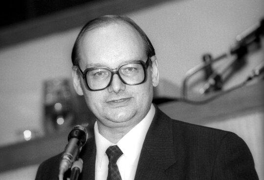 1992.12.25  Laikinai einantis Seimo pirmininko pareigas Česlovas Juršėnas