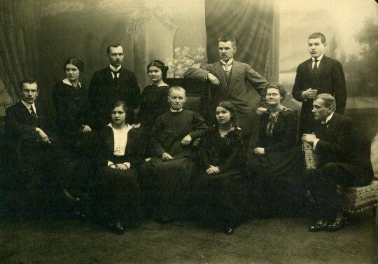 Karo pabėgėlių Glemžų šeima. Iš kairės  viršuje antra – Mikalina Glemžaitė,  ketvirta  – Paulina Glemžaitė, apačioje  iš kairės sėdi  – Elena Glemžaitė, Ona Glemžienė, Elvyra Glemžaitė, Stefanija Glemžaitė,  stovi pirmas iš dešinės – Petras Glemža. Peterb