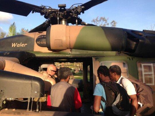 Savanoriai ruočiasi skristi į kelias Vanuatu salas Australijos kariniais sraightasparniais tam, kad įvertintų taifūno žalą ir surinktų informaciją apie žmonių poreikiu
