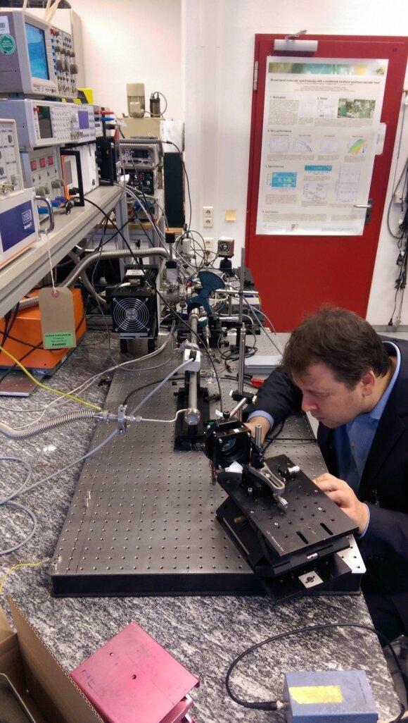 Prof. A.Lisauskas terahercinių tyrimų laboratorijoje