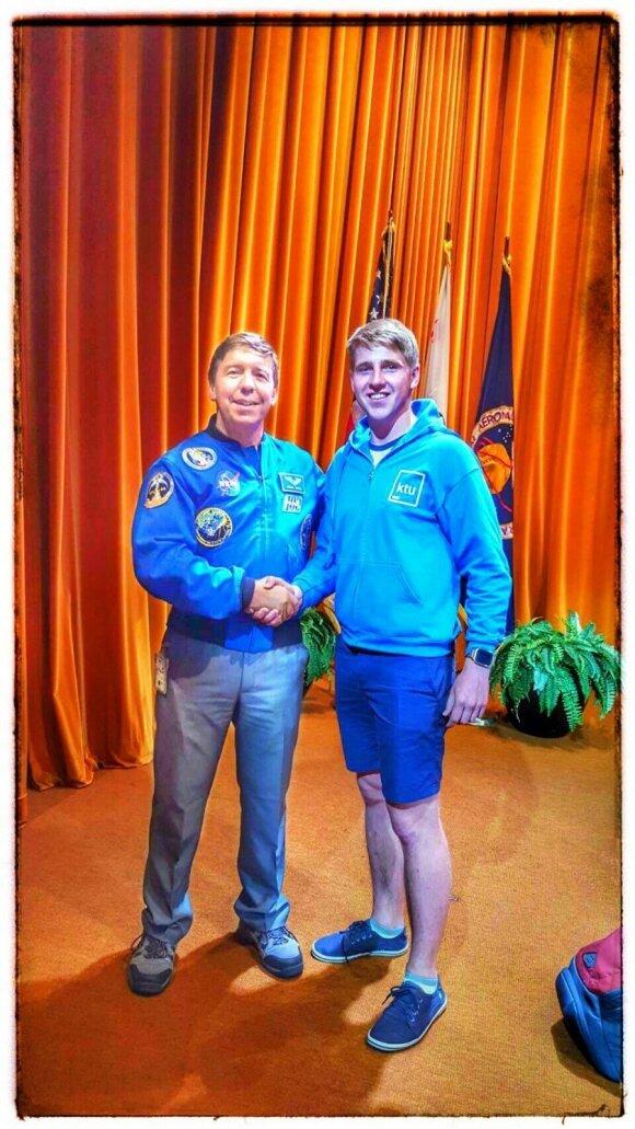 Kosmonautas Michael Barret ir Donatas Miklušis (dešinėje)
