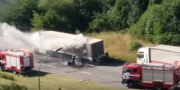 Klaipėdoje atvira liepsna degė sunkvežimis, liudininkas nufilmavo vaizdą