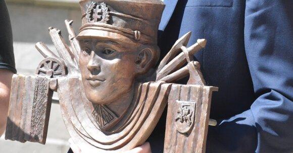 """Generolo Vėtros lentos fragmentas (""""Pro Patria"""" nuotrauka)"""
