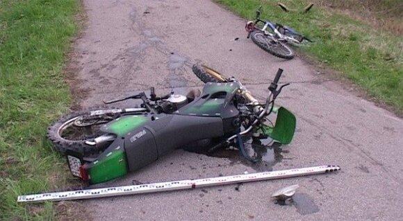 Dviračių take mopedu važiavęs girtas jaunuolis susidūrė su girtesne dviratininke
