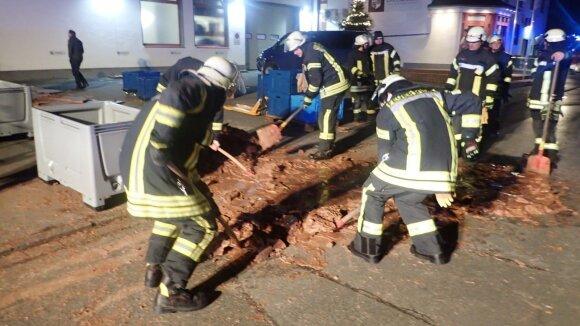 Vokietijoje dėl gedimo fabrike į gatvę išsiliejo tona šokolado