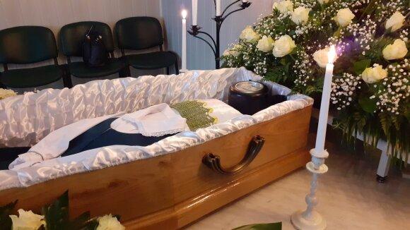 Per klaidą į krematoriumą nukeliavusios Elenos Balsienės palaikai buvo palaidoti taip, kaip to norėjo pati moteris – ąžuoliniame karste ir su tautiniais rūbais