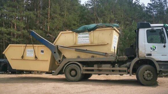 Soduose surinktos žaliosios atliekos keliauja į kompostavimo aikštelę.