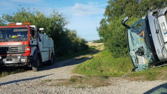 На Лиепайском шоссе столкнулись автобус и легковушка, пострадали девять человек