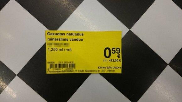 Pirkėją parduotuvėje prajuokino kaina už litrą mineralinio vandens