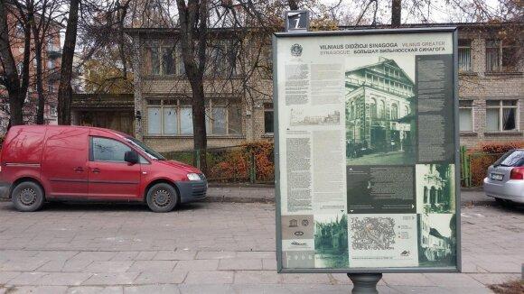 Informacinis stendas apie Vilniaus Didžiąją sinagogą Vokiečių gatvės kieme