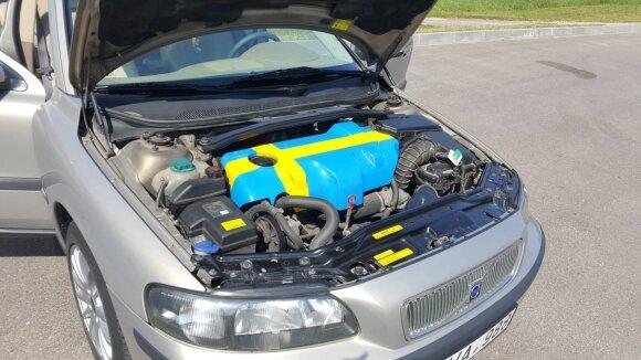 """Po kapotu """"Volvo V70"""" variklio apdailos nudažytos Švedijos vėliavos spalvomis"""