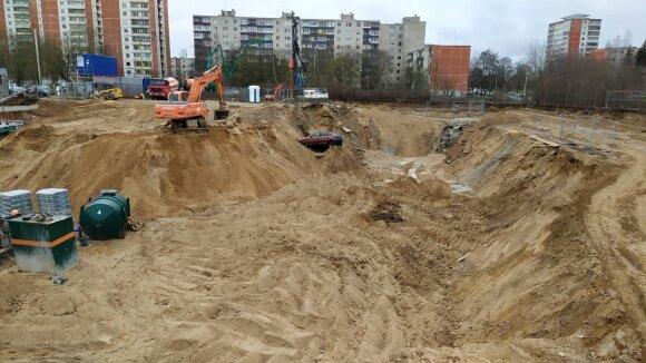Vilniuje vykstančiose statybose pamatų duobėje atsidūrė du automobiliai