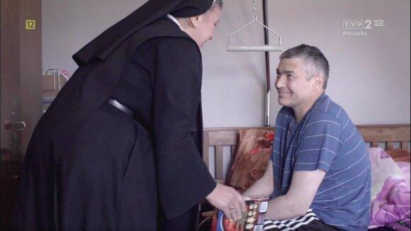 Sesuo Michaela aplanko Valdemarą namuose