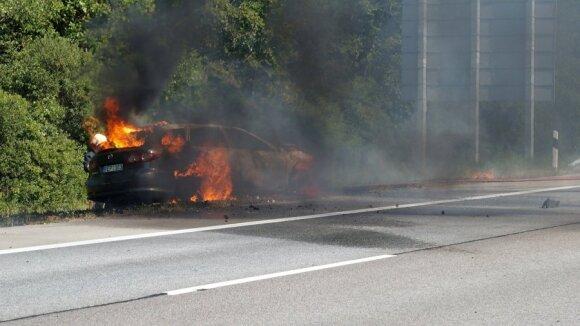 Po avarijos kilo gaisras