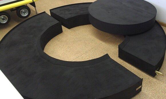 Dviejų aukštų robotų kovos ringas su žiedine trasa, pakėlimo mechanizmu ir šviesos efektais, Kauno kolegijos nuotr.