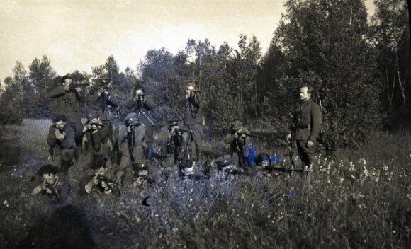 Prisikėlimo apygardos Maironio rinktinės partizanai šaudymo pratybose. Rikiuotės priekyje (iš dešinės) Maironio rinktinės Kudirkos rajono vadas Juozas Paliūnas-Rytas. Apie 1949 m. (LGGRTC Genocido aukų muziejaus fondo nuotr.)