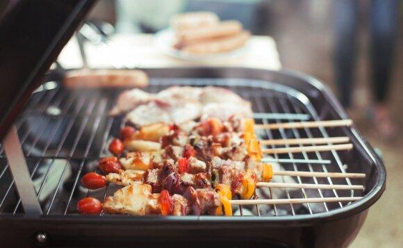 Mokslininkės įspėja apie ant laužo keptą mėsą: neperkaitinkite ir būtinai nupjaukite angliuką