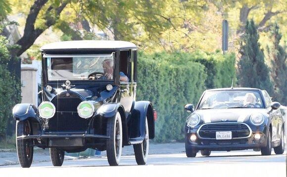Jay Leno vairuoja antikvarinį automobilį