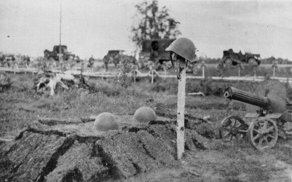 Žemė sulygina... Trijų žuvusių raudonarmiečių kapas. Tikėtina, kad juos palaidojo vokiečiai. Tolėliau matyti žuvusių Vermachto karių kapai.