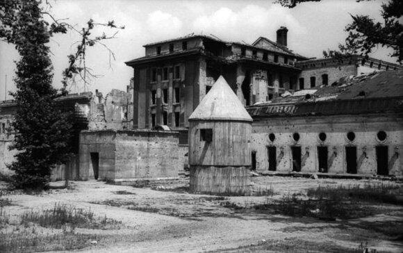 Buvusios Reicho kanceliarijos pastatas ir antžeminiai Hitlerio bunkerio statiniai. 1947 m.