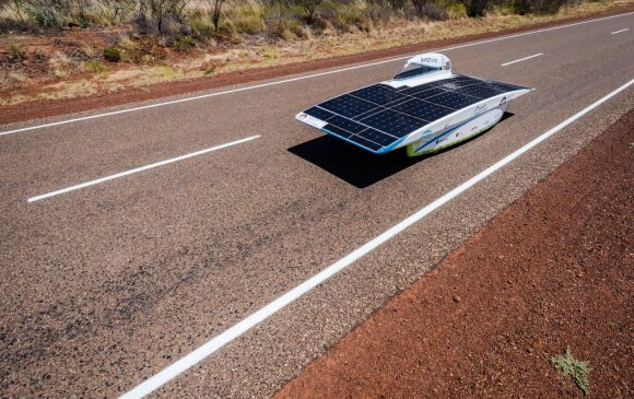 Saulės energija varomas automobilis
