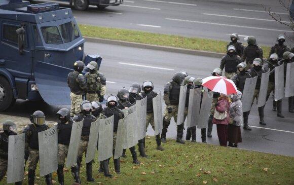 Белорусский правозащитник: уверен, что силовики задумаются о том, что их защита действующей властью - не абсолютная