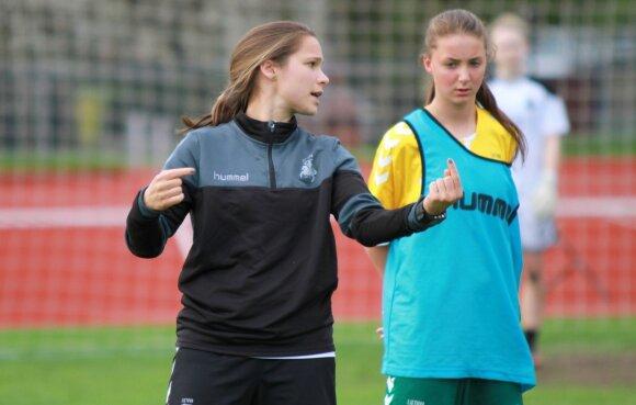 Lietuvos merginų (iki 17 metų, WU17) futbolo rinktinė ir trenerė Ieva Kibirkštis / Foto: WU17.lt nuotr.