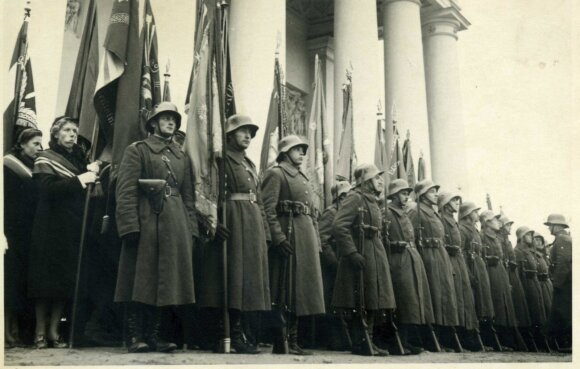Lietuvos kariai išsirikiavę prie Vilniaus Katedros 1939 m. spalio mėn.
