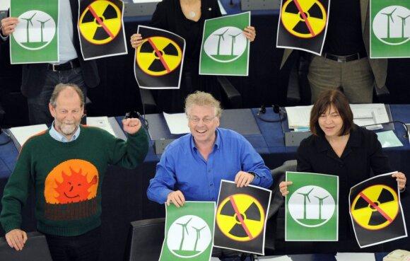 Rebecca Harms (dešinėje) su kitais Žaliųjų aljanso nariais pasisako prieš atominę energetiką