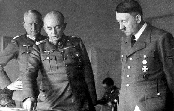 """Armijų grupės """"Pietūs"""" būstinė Zaporožėje: vyriausiasis armijų grupės vadas feldmaršalas E. von Mansteinas, vyriausiasis 17-osios armijos vadas generolas pulkininkas R. Ruoffas ir A. Hitleris. 1943 m. kovo 9 d."""