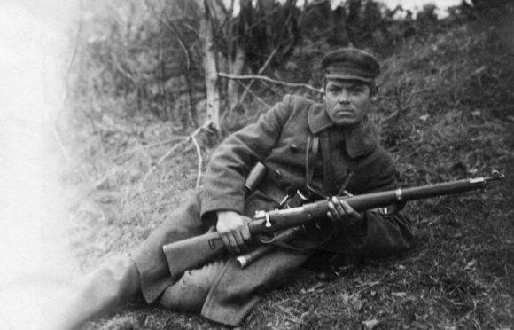 """Lietuvos kariuomenes pėstininkas fronte, vilkintis amerikietiška miline, ginkluotas vokišku 1989 m. modelio b tipo """"Mauser"""" karabinu. 1919-1920, VDKM"""