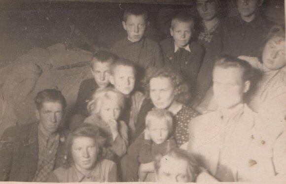 Lietuviai tremtiniai pakeliui į Sibirą. Centre – B. ir I. Jablonskių šeima. Vienintelė Lietuvoje žinoma nuotrauka iš gyvulinio tremties vagono. 1951 m. I. Jablonskio nuotrauka iš jo archyvo