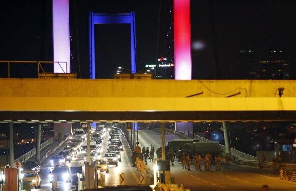 Sąmokslas prieš Turkijos valdžią žlugo, turkams išėjus į gatves ir pasipriešinus karinėms pajėgoms
