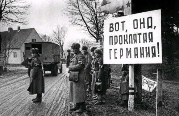 """""""Štai ji, prakeiktoji Vokietija!"""" Raudonosios armijos politiniai darbuotojai nėrėsi iš kailio, kad stiprintų karių neapykantą vokiečiams. Už stendo sustoję kariuomenės eismo reguliavimo tarnybos atstovai."""