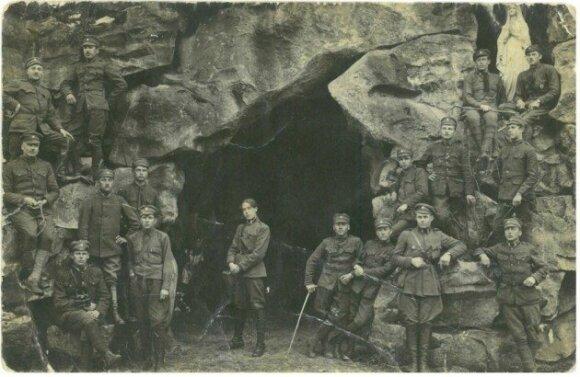 Архивное фото 1918 года - латвийские военные на фоне грота любви у горы Бируте.