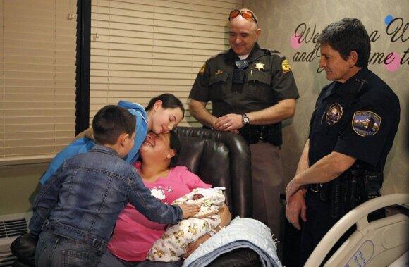 """Gimdymas greitkelyje: vaiką priėmė policininkas <span style=""""color: #ff0000;""""><sup>(FOTO)</sup></span>"""