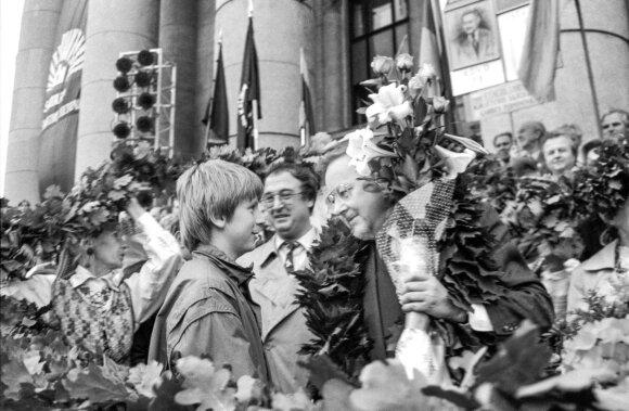 Lietuvos Sąjūdžio organizuotas mitingas dėl Rusijos kariuomenės išvedimo /išvedus/. Centre dešinėje - LR Seimo narys, Sąjūdžio garbės pirmininkas Vytautas Landsbergis su gėlėmis.