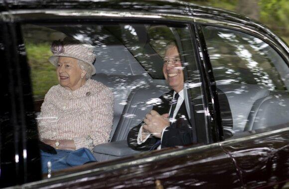 Karalienė Elžbieta II su sūnumi princu Andrew