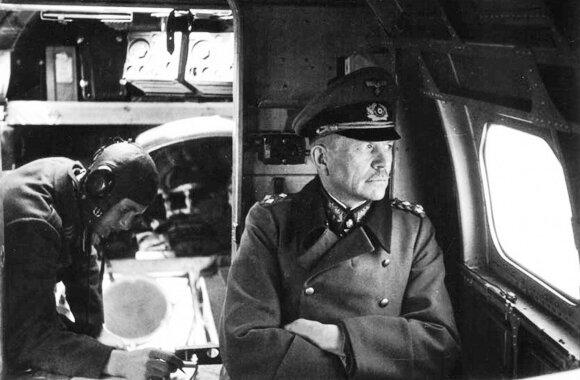 Generolas pulkininkas H. Guderianas lėktuve virš fronto.